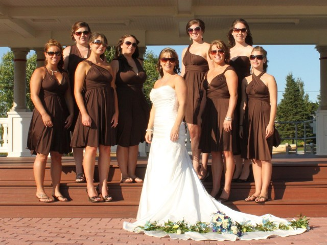 robes demoiselles d'honneur chocolat courtes en différentes encolures