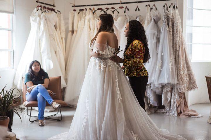 mariée ronde essayer sa robe mariée